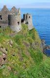 Château de Dunluce sur les falaises Images stock
