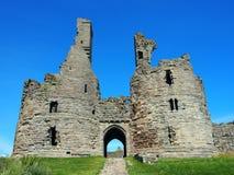 Château de Dunstanborgh dans le passage de canalisation de northumbria photo libre de droits