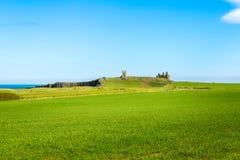 Château de Dunstanburgh dans le Northumberland photos libres de droits