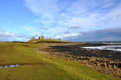 Château de Dunstanburgh dans le Northumberland images stock