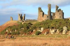 Château de Dunstanburgh dans le Northumberland Images libres de droits