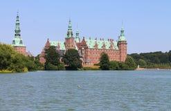 Château de Frederiksborg par le lac image libre de droits