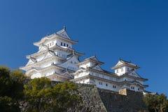 Château de Himeji sur le fond clair de ciel bleu Images stock