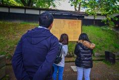 Château de Hirosaki de visite de personnes dans Aomori, Japon photos libres de droits