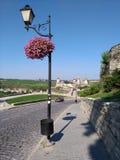 Château de Kamenets-Podilsky, pot de premier plan et lampe Images stock