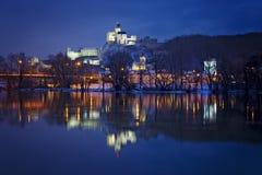 Château de la Slovaquie Trenciansky après coucher du soleil Photo stock