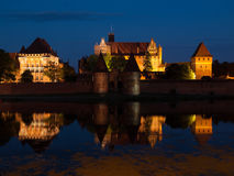 Château de Malbork par nuit Photographie stock libre de droits