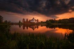Château de MIR, Belarus Vue panoramique scénique de matin d'été de Mir Castle Complex In Thunderstorm de côté de lac Images libres de droits