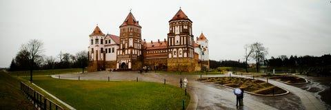 Château de MIR pendant le jour d'automne Photos stock