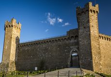 Château de Montalcino en soleil de soirée en Toscane Photo stock