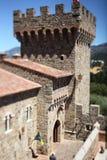Château de mur en pierre avec une grande tour Photos libres de droits