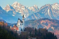 Château de Neuschwanstein à l'arrière-plan des montagnes neigeuses Photographie stock libre de droits