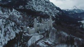 Château de Neuschwanstein dans le jour d'hiver Alpes bavarois, Allemagne Silhouette d'homme se recroquevillant d'affaires clips vidéos