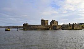 Château de noirceur un château écossais du 15ème siècle sur l'estuaire d'en avant Photos libres de droits