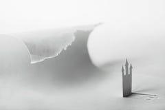 Château de papier abstrait et grande onde d'océan images libres de droits