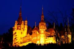 Château de Peles dans la nuit Photo stock