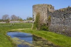 Château de Pevensey dans le Sussex est photographie stock libre de droits
