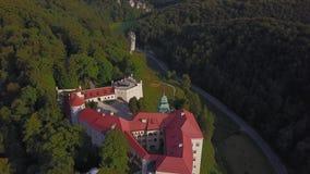 Château de Pieskowa Skala dans de beaux environs, Cracovie, Pologne clips vidéos