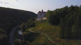 Château de Pieskowa Skala dans de beaux environs, Cracovie, Pologne banque de vidéos