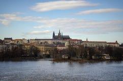 Château de Prague à travers la rivière de Vltava Photographie stock