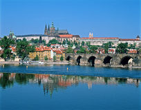 Château de Prague à travers le fleuve Vltava Images stock
