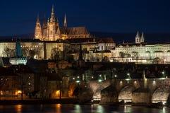 Château de Prague au-dessus de fleuve de Vltava Photo libre de droits