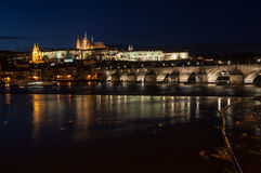 Château de Prague au-dessus de fleuve de Vltava Photos stock