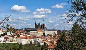 Château de Prague avec des nuages photo libre de droits