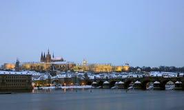 Château de Prague avec la passerelle de Charles Images stock