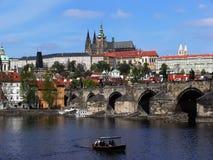 Château de Prague et passerelle de Charles Images libres de droits