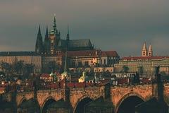 Château de Prague et passerelle de Charles Photo stock