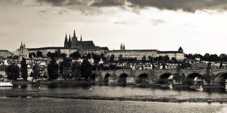 Château de Prague et passerelle de Charles avant la tempête Photos stock