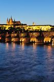 Château de Prague et passerelle de Charles la nuit Photographie stock libre de droits