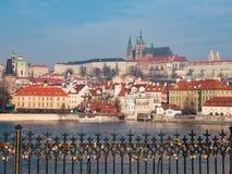 Château de Prague et rivière de Vltava dans la République Tchèque Photos stock