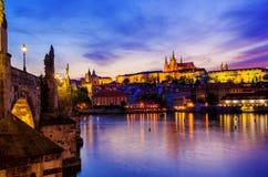 Château de Prague la nuit Images stock