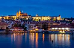 Château de Prague la nuit Image stock