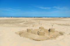 Château de sable à la plage Photo stock