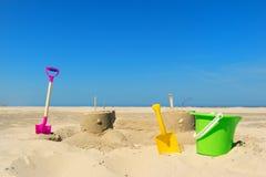Château de sable avec des jouets à la plage Image libre de droits