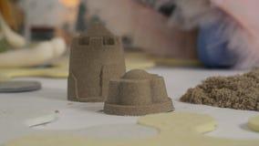 Château de sable faisant avec des mains banque de vidéos
