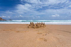 Château de sable sur la plage photo libre de droits