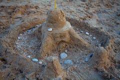 Château de sable sur la plage Les enfants jouent avec le sable Château fait de sable sur la plage images stock