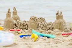 Château de sable sur la rivière Photographie stock