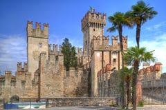 Château de Scaliger dans Sirmione au policier de lac en Italie Photographie stock libre de droits