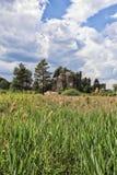 Château de Sloup sur la roche au-dessus du champ images stock