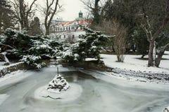 Château de Topolcianky avec le lac congelé en hiver Image libre de droits