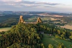Château de Trosky dans le paradis de Bohème photographie stock libre de droits