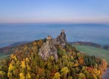 Château de Trosky dans le paradis de la Bohême - République Tchèque - vue aérienne image stock