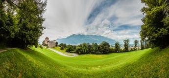 Château de Vaduz, ville et les Alpes dans un tir de panorama Images libres de droits