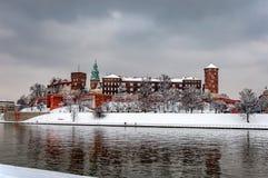 Château de Wawel à Cracovie et le fleuve Vistule en hiver Photographie stock