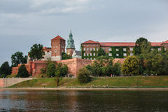 Château de Wawel à Cracovie, la longue rivière et des murs en pierre Image stock